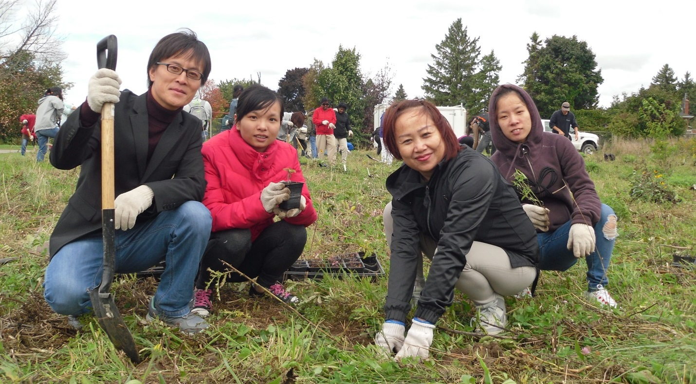 New Canadians take part in TRCA Stewardship's growing pollinator plants program